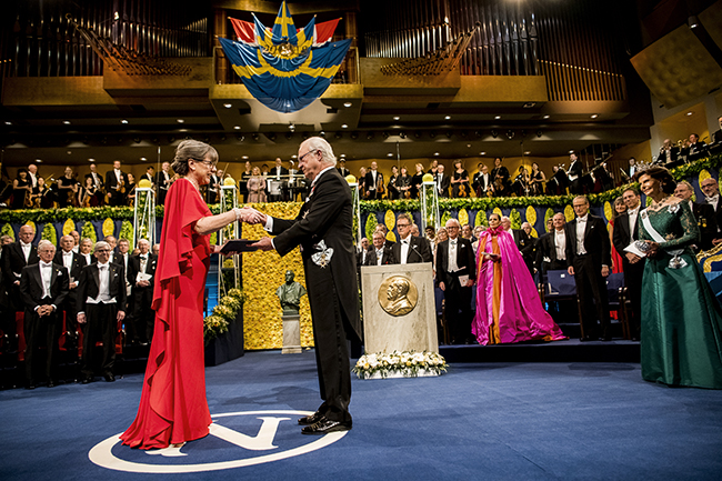 Donna Strickland receives her Nobel Prize medal from the King of Sweden. © Nobel Media AB 2018. Photo: Alexander Mahmoud